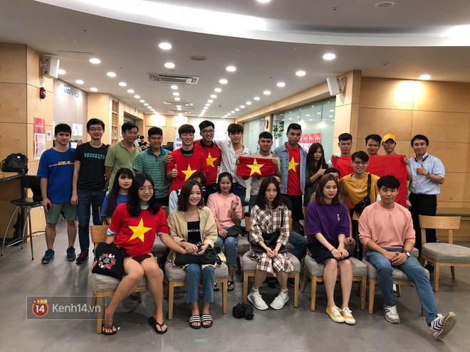 Trực tiếp từ Hàn Quốc: Hàng nghìn du học sinh và người hâm mộ hô vang Việt Nam vô địch trên đất Hàn, mong chờ phép màu xảy ra - Ảnh 1.