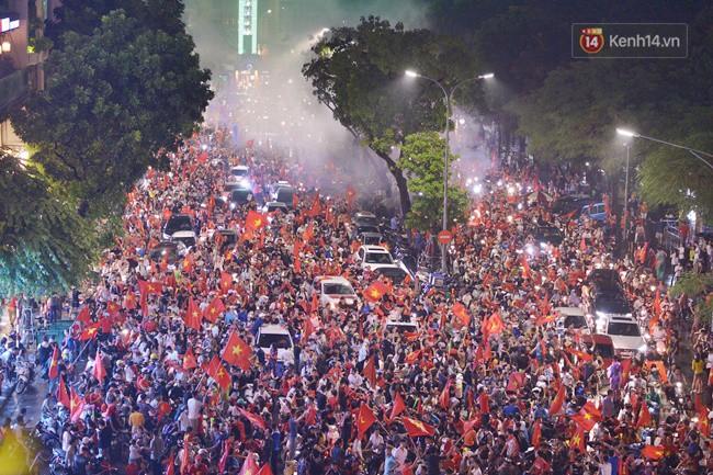Dù thua Hàn Quốc, hàng nghìn người dân Thủ đô vẫn đổ về Hồ Gươm để cảm ơn sự cống hiến hết mình của Olympic Việt Nam - Ảnh 14.