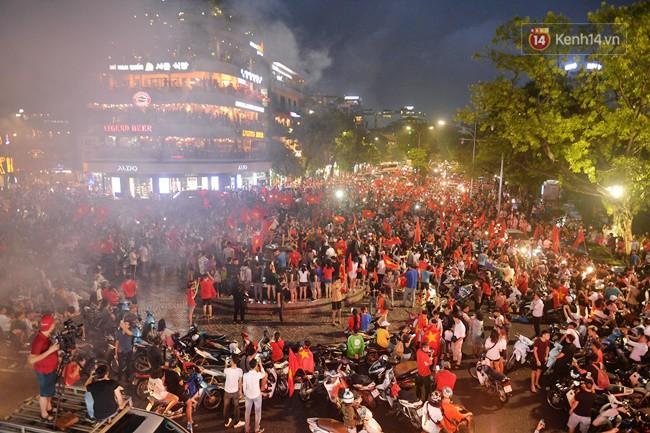 Dù thua Hàn Quốc, hàng nghìn người dân Thủ đô vẫn đổ về Hồ Gươm để cảm ơn sự cống hiến hết mình của Olympic Việt Nam - Ảnh 10.