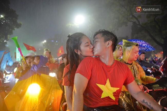 Dù thua Hàn Quốc, hàng nghìn người dân Thủ đô vẫn đổ về Hồ Gươm để cảm ơn sự cống hiến hết mình của Olympic Việt Nam - Ảnh 16.