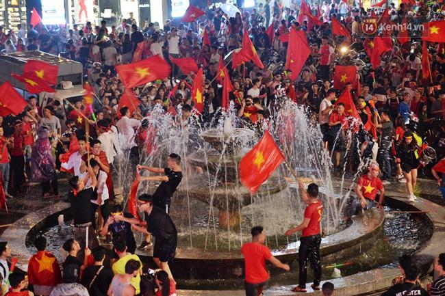 Dù thua Hàn Quốc, hàng nghìn người dân Thủ đô vẫn đổ về Hồ Gươm để cảm ơn sự cống hiến hết mình của Olympic Việt Nam - Ảnh 11.