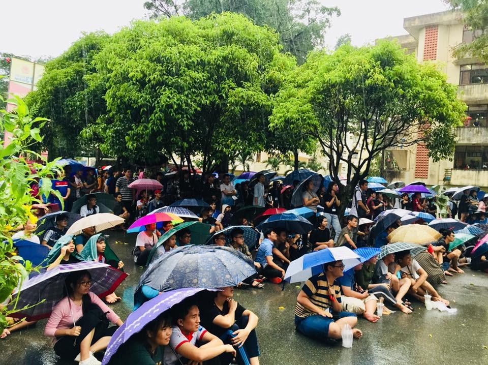 Chùm ảnh cảm xúc: Dưới cơn mưa tầm tã, hàng trăm sinh viên vẫn ngồi ngoài trời, khóc cười cùng Olympic Việt Nam - Ảnh 10.