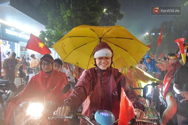 Dù thua Hàn Quốc, hàng nghìn người dân Thủ đô vẫn đổ về Hồ Gươm để cảm ơn sự cống hiến hết mình của Olympic Việt Nam - Ảnh 18.