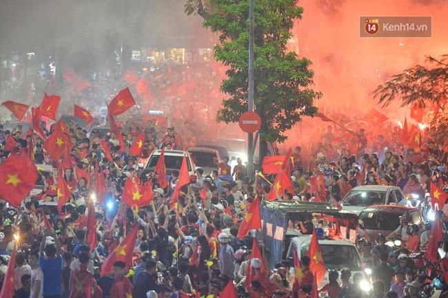 Dù thua Hàn Quốc, hàng nghìn người dân Thủ đô vẫn đổ về Hồ Gươm để cảm ơn sự cống hiến hết mình của Olympic Việt Nam - Ảnh 12.