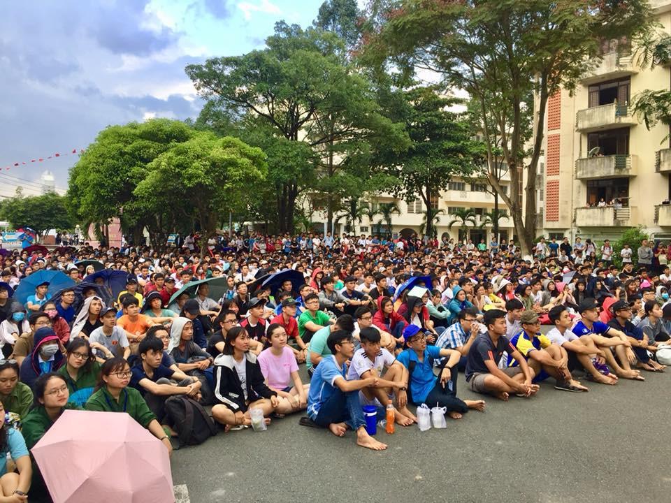 Chùm ảnh cảm xúc: Dưới cơn mưa tầm tã, hàng trăm sinh viên vẫn ngồi ngoài trời, khóc cười cùng Olympic Việt Nam - Ảnh 2.