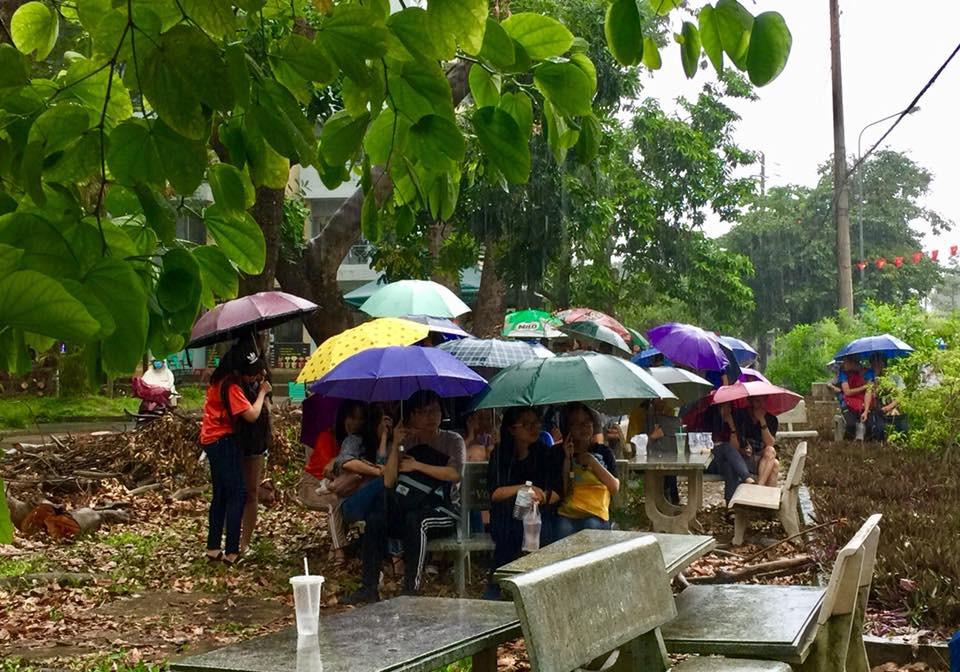 Chùm ảnh cảm xúc: Dưới cơn mưa tầm tã, hàng trăm sinh viên vẫn ngồi ngoài trời, khóc cười cùng Olympic Việt Nam - Ảnh 13.