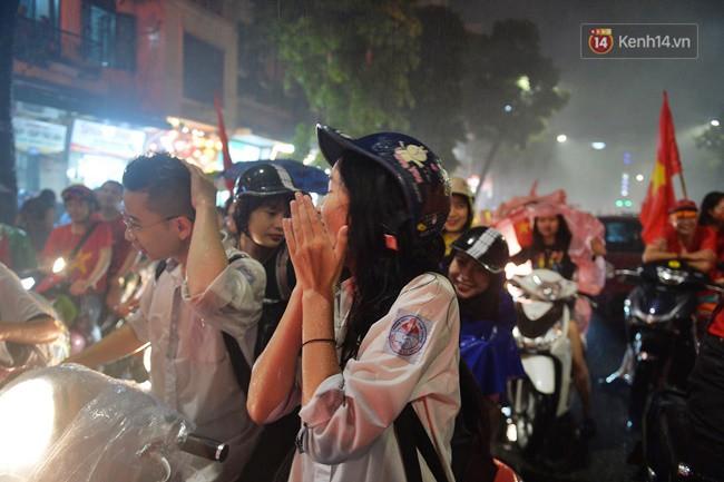 Dù thua Hàn Quốc, hàng nghìn người dân Thủ đô vẫn đổ về Hồ Gươm để cảm ơn sự cống hiến hết mình của Olympic Việt Nam - Ảnh 19.