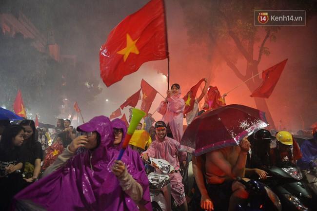 Dù thua Hàn Quốc, hàng nghìn người dân Thủ đô vẫn đổ về Hồ Gươm để cảm ơn sự cống hiến hết mình của Olympic Việt Nam - Ảnh 20.