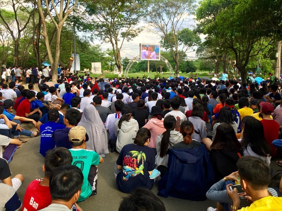 Chùm ảnh cảm xúc: Dưới cơn mưa tầm tã, hàng trăm sinh viên vẫn ngồi ngoài trời, khóc cười cùng Olympic Việt Nam - Ảnh 6.