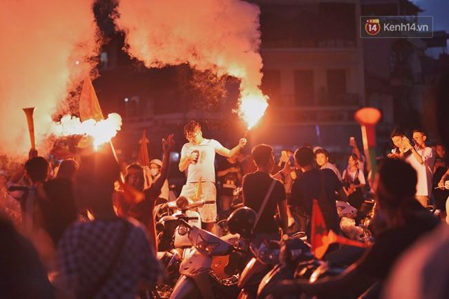 Dù thua Hàn Quốc, hàng nghìn người dân Thủ đô vẫn đổ về Hồ Gươm để cảm ơn sự cống hiến hết mình của Olympic Việt Nam - Ảnh 6.