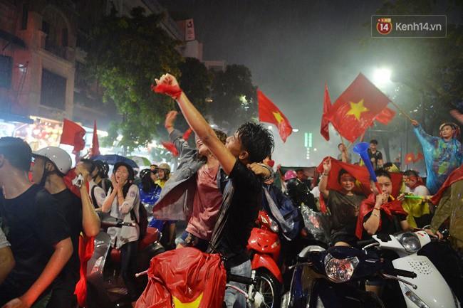 Dù thua Hàn Quốc, hàng nghìn người dân Thủ đô vẫn đổ về Hồ Gươm để cảm ơn sự cống hiến hết mình của Olympic Việt Nam - Ảnh 21.