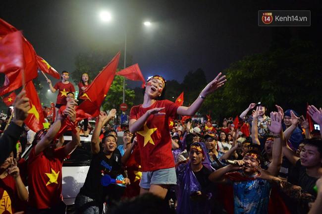 Dù thua Hàn Quốc, hàng nghìn người dân Thủ đô vẫn đổ về Hồ Gươm để cảm ơn sự cống hiến hết mình của Olympic Việt Nam - Ảnh 22.