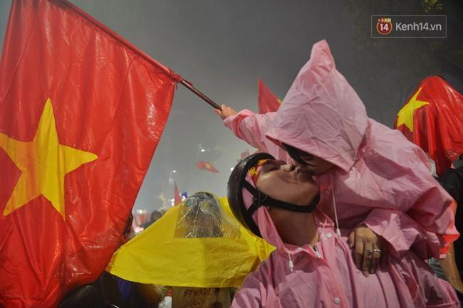Dù thua Hàn Quốc, hàng nghìn người dân Thủ đô vẫn đổ về Hồ Gươm để cảm ơn sự cống hiến hết mình của Olympic Việt Nam - Ảnh 17.
