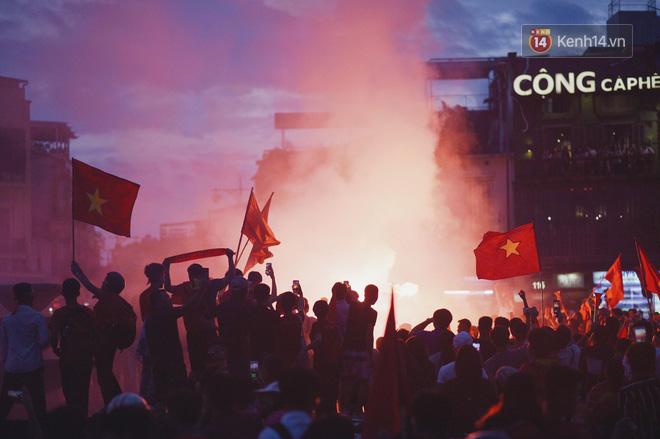 Dù thua Hàn Quốc, hàng nghìn người dân Thủ đô vẫn đổ về Hồ Gươm để cảm ơn sự cống hiến hết mình của Olympic Việt Nam - Ảnh 2.
