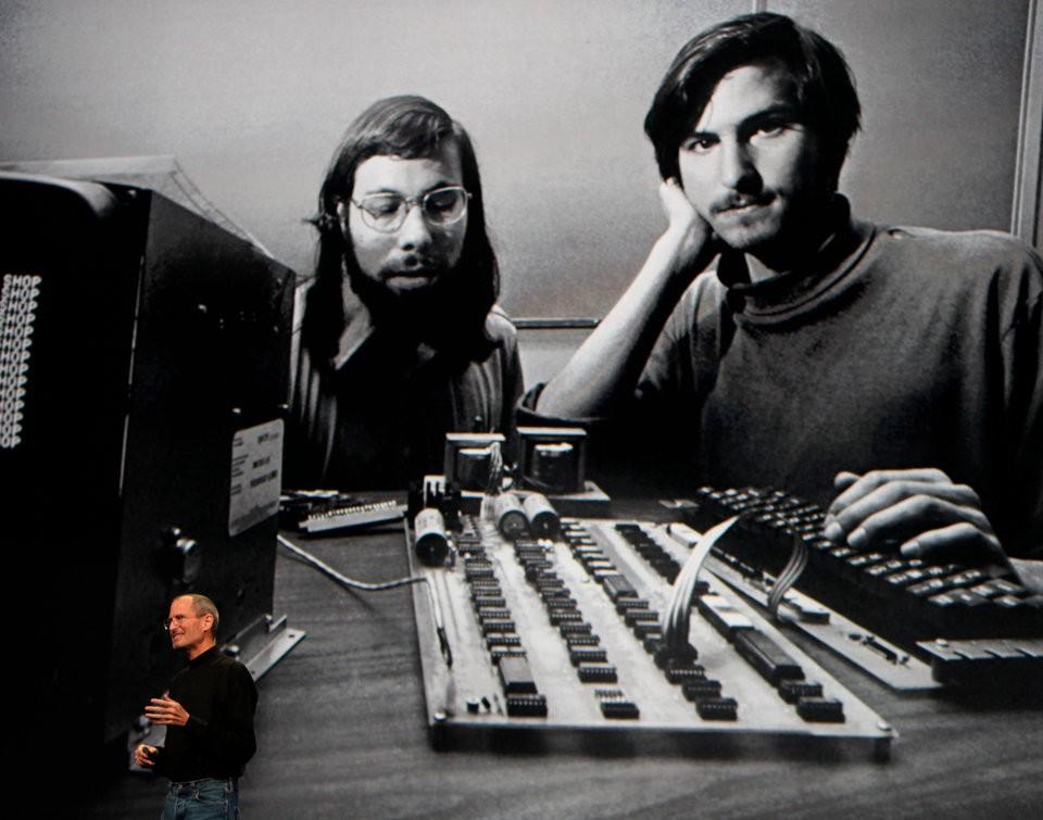 13 cột mốc ấn tượng của Apple trong hành trình trở thành công ty công nghệ nghìn tỉ đô đầu tiên trên thế giới - Ảnh 1.