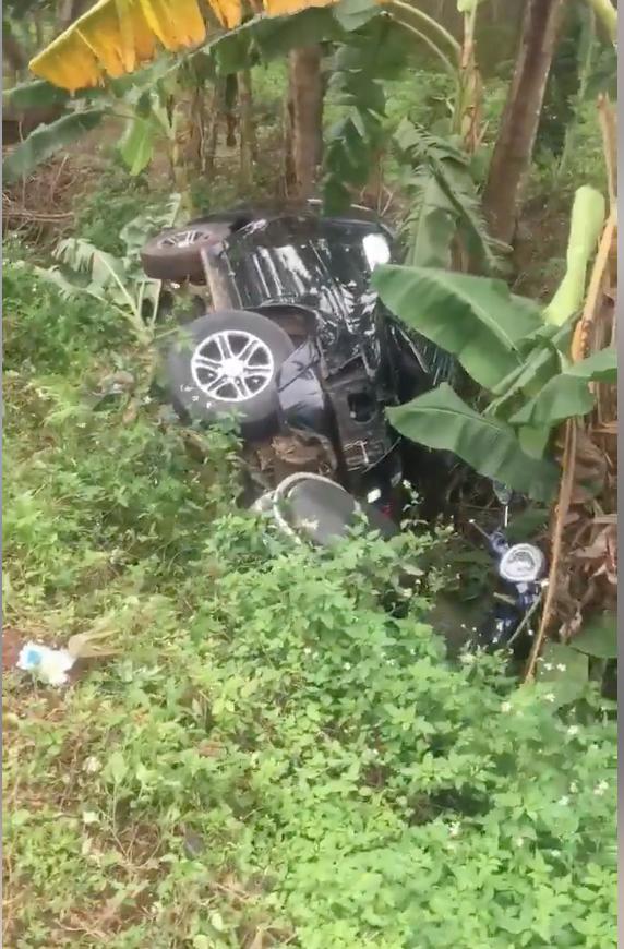 Ô tô con và xe máy bị vạ lây.