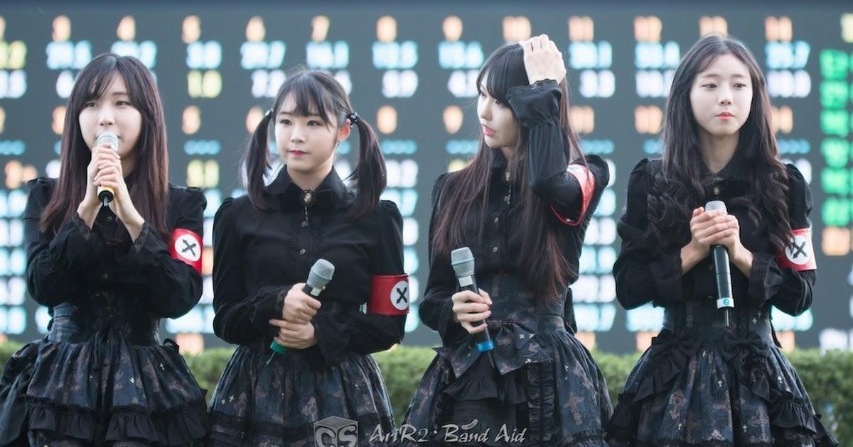 Những trang phục biểu diễn của sao Hàn khiến fan hoang mang: Họ lấy đâu ra dũng khí để mặc như vậy? - Ảnh 4.