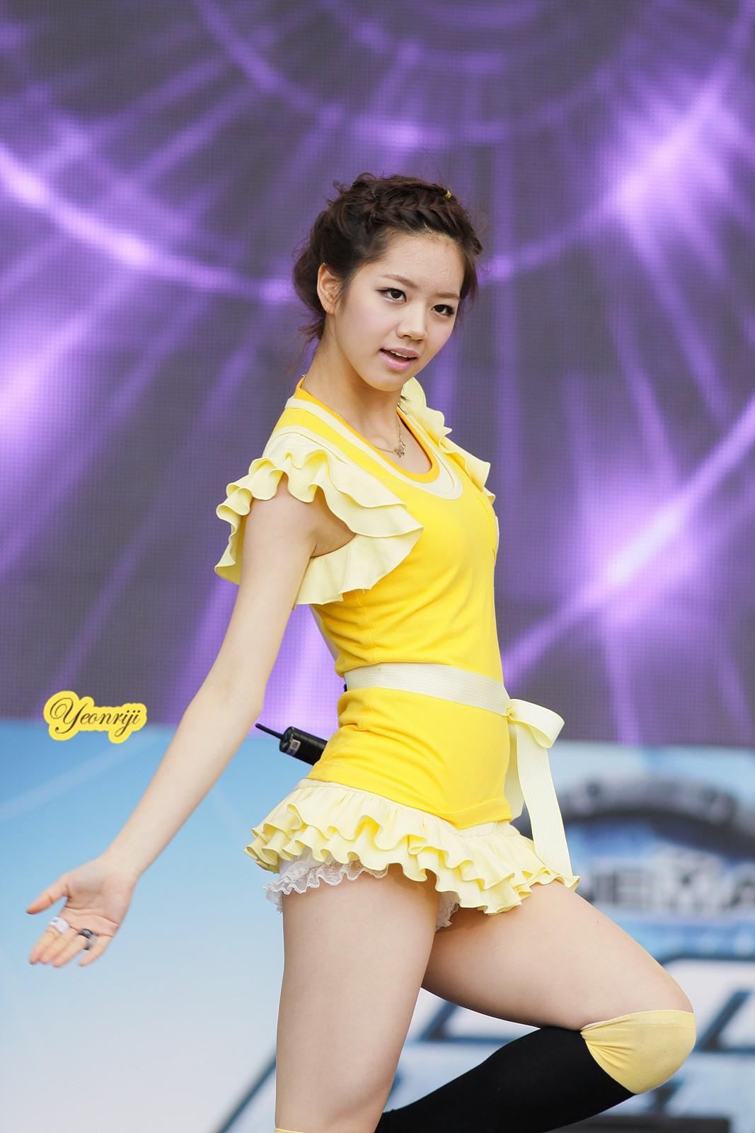 Những trang phục biểu diễn của sao Hàn khiến fan hoang mang: Họ lấy đâu ra dũng khí để mặc như vậy? - Ảnh 5.