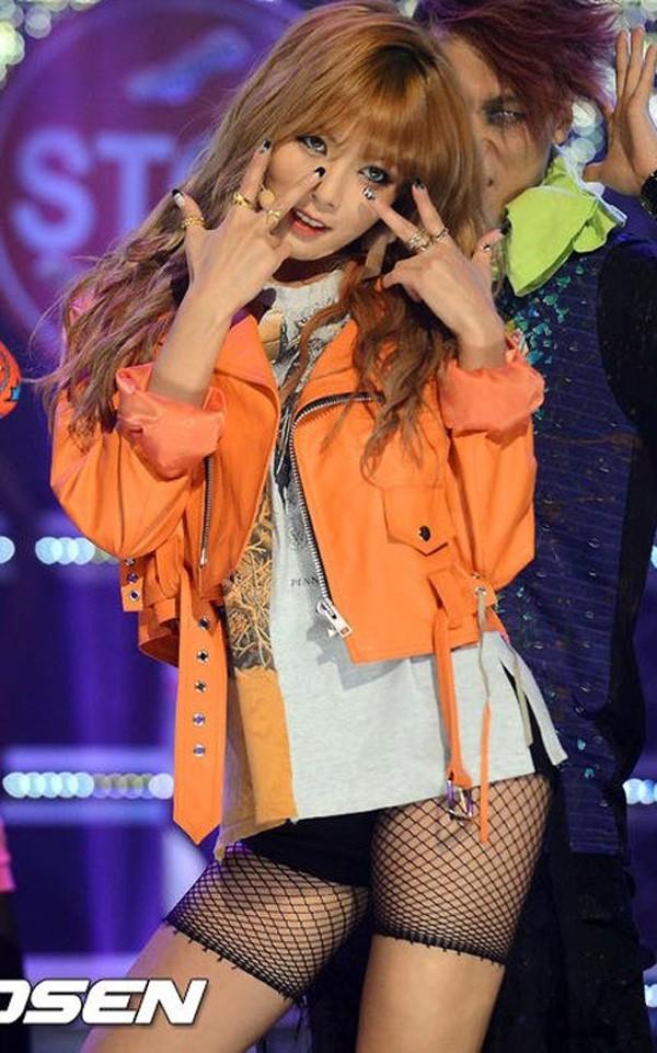 Những trang phục biểu diễn của sao Hàn khiến fan hoang mang: Họ lấy đâu ra dũng khí để mặc như vậy? - Ảnh 8.