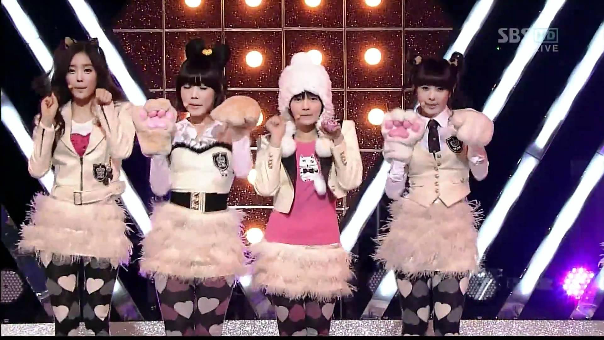 Những trang phục biểu diễn của sao Hàn khiến fan hoang mang: Họ lấy đâu ra dũng khí để mặc như vậy? - Ảnh 11.