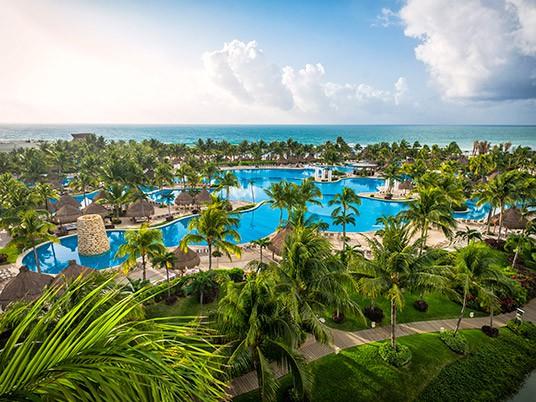 Việc nhẹ lương cực cao: Sống ở resort sang chảnh, bơi cùng cá mập, chơi dù lượn để nhận ngay 2,8 tỉ đồng - Ảnh 2.