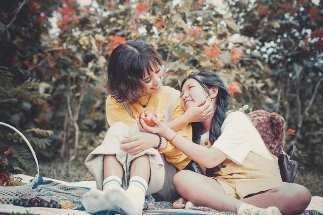 Đằng sau bộ ảnh chị em gái cách nhau 14 tuổi: Cùng mẹ nhưng khác cha, không ít lần bị hiểu lầm là mẹ con - Ảnh 1.