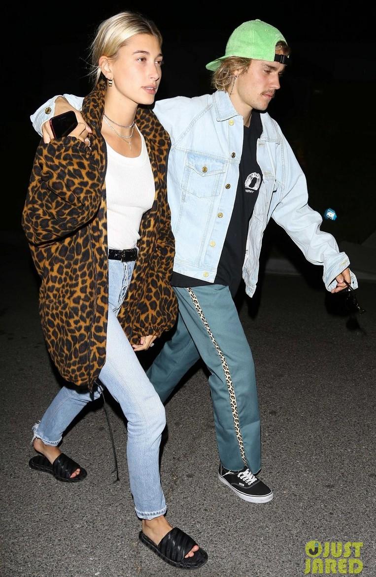 Cùng tay trong tay xuống phố tuần qua, cặp đôi của Justin Bieber hay Taylor Swift sở hữu street style trội hơn? - Ảnh 1.