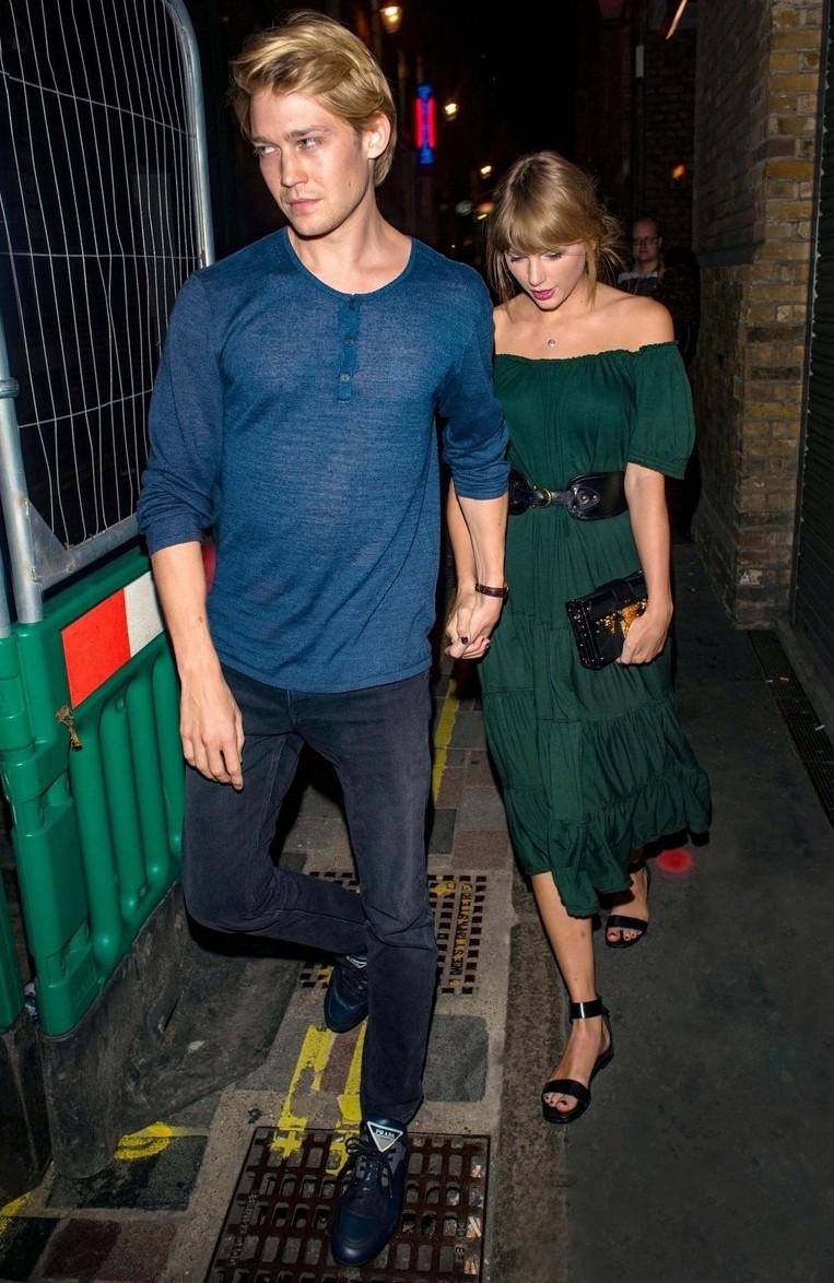Cùng tay trong tay xuống phố tuần qua, cặp đôi của Justin Bieber hay Taylor Swift sở hữu street style trội hơn? - Ảnh 3.
