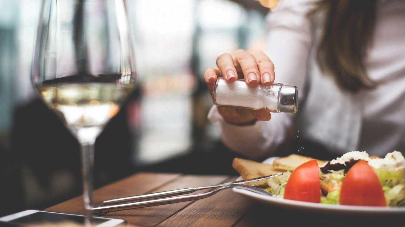 5 thói quen ăn uống sai lầm khiến con gái nhanh già trước tuổi - Ảnh 2.