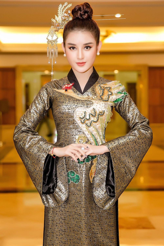 """Công thức diện đồ """"đinh"""" của Á hậu Huyền My: Mặc váy cực diêm dúa và nhất định phải cài thứ gì đó thật sến lên đầu - Ảnh 3."""