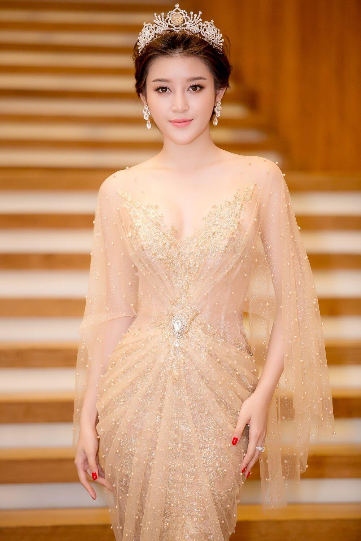 """Công thức diện đồ """"đinh"""" của Á hậu Huyền My: Mặc váy cực diêm dúa và nhất định phải cài thứ gì đó thật sến lên đầu - Ảnh 6."""
