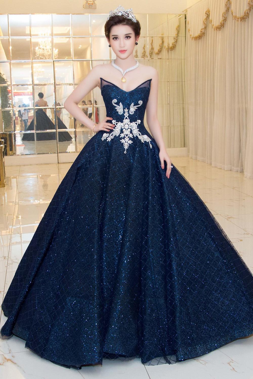 """Công thức diện đồ """"đinh"""" của Á hậu Huyền My: Mặc váy cực diêm dúa và nhất định phải cài thứ gì đó thật sến lên đầu - Ảnh 7."""