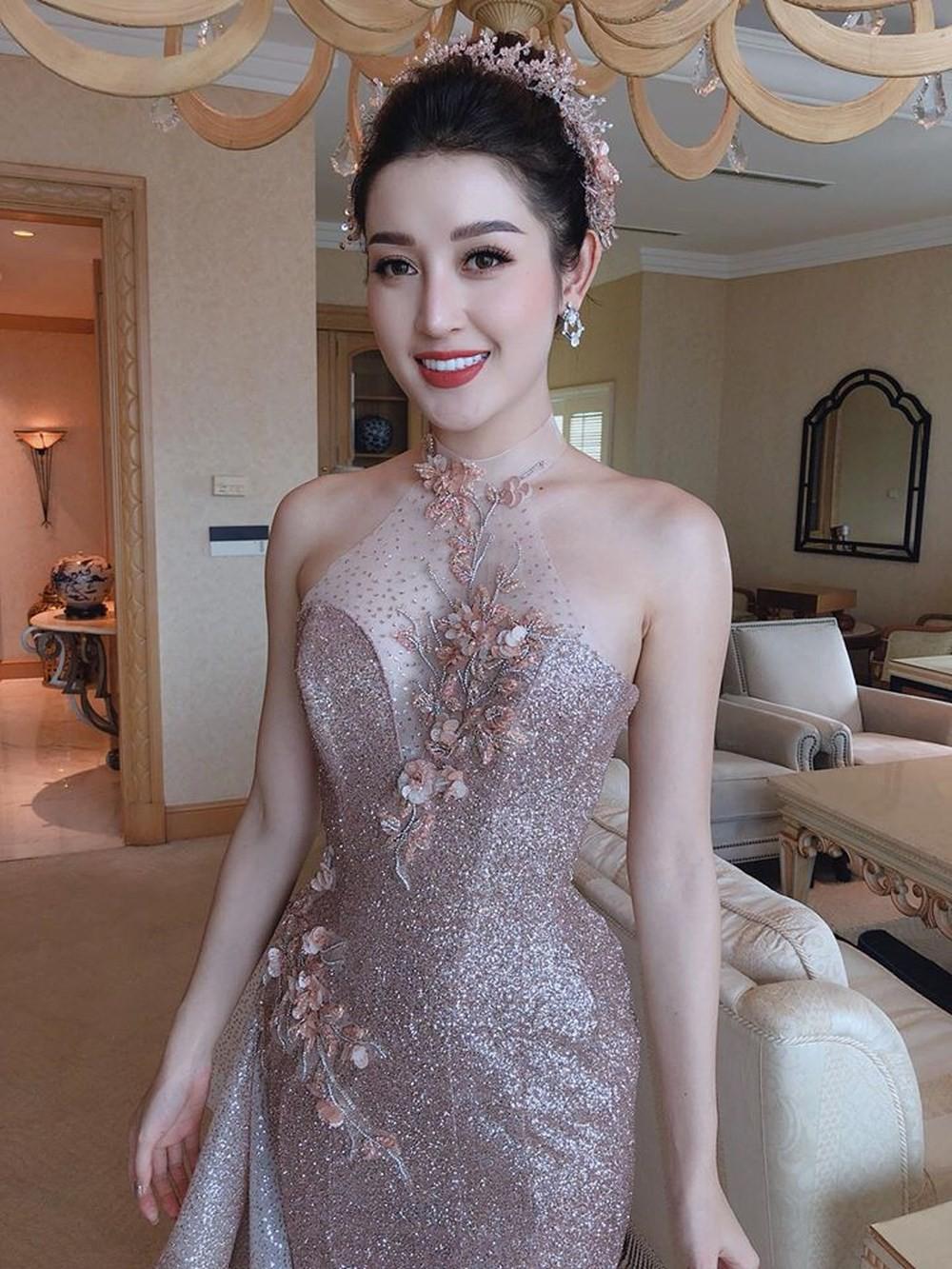 """Công thức diện đồ """"đinh"""" của Á hậu Huyền My: Mặc váy cực diêm dúa và nhất định phải cài thứ gì đó thật sến lên đầu - Ảnh 8."""