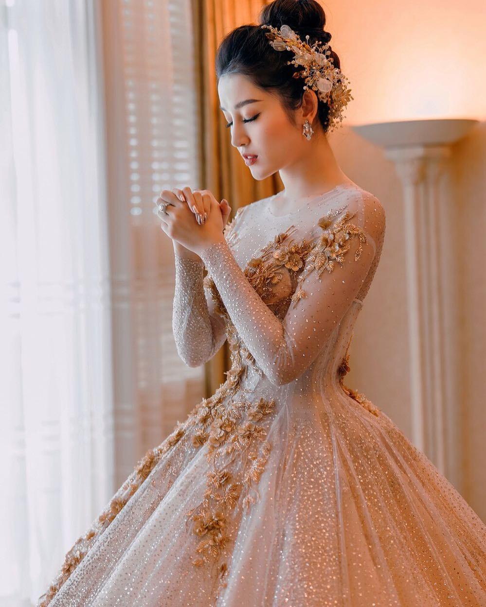 """Công thức diện đồ """"đinh"""" của Á hậu Huyền My: Mặc váy cực diêm dúa và nhất định phải cài thứ gì đó thật sến lên đầu - Ảnh 9."""
