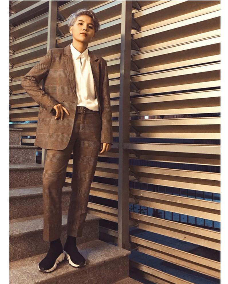 Style đúng chuẩn tomboy nhưng vài lần Vũ Cát Tường lại khiến dân tình xôn xao khi diện váy điệu đà, duyên dáng - Ảnh 1.