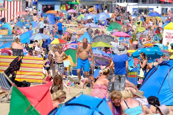 Muôn kiểu hạ nhiệt của người dân châu Âu trong đợt nắng nóng kỷ lục - Ảnh 2.
