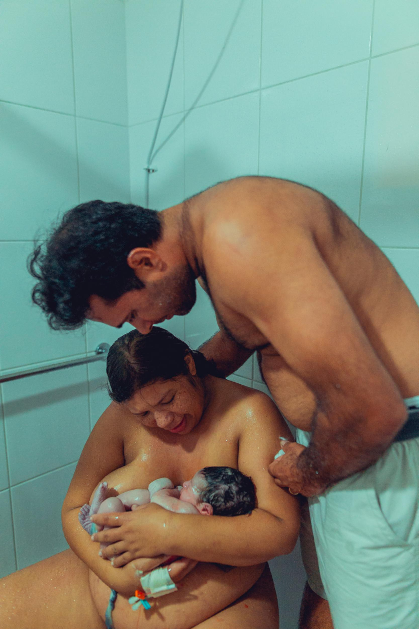 Hình ảnh sản phụ liếm con vừa chào đời gây tranh cãi dữ dội trên MXH quốc tế - Ảnh 3.