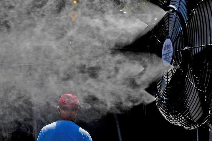 Muôn kiểu hạ nhiệt của người dân châu Âu trong đợt nắng nóng kỷ lục - Ảnh 15.