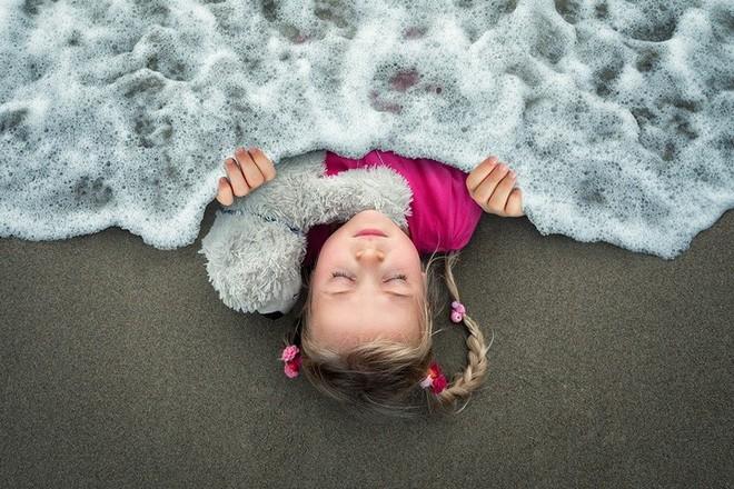 """Ông bố """"bựa nhất năm"""", chụp hình những đứa con và đưa chúng vào thế giới viễn tưởng bằng Photoshop - Ảnh 5."""