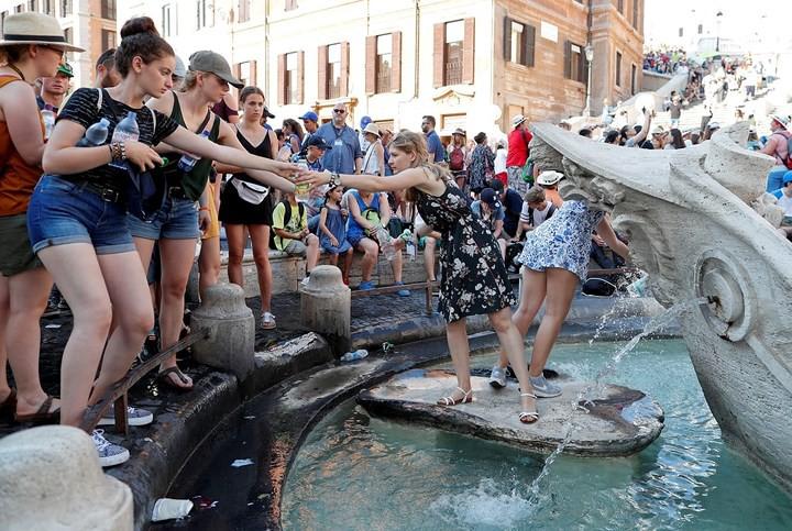 Muôn kiểu hạ nhiệt của người dân châu Âu trong đợt nắng nóng kỷ lục - Ảnh 10.