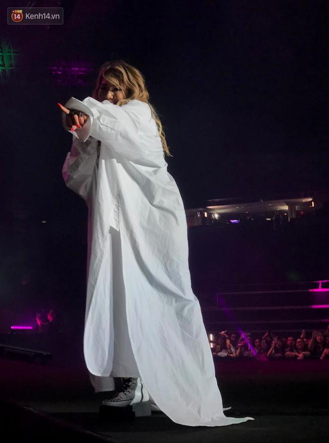 Độc quyền từ Sing: CL diện quần áo lùm xùm trong lần đầu biểu diễn sau khi gây sốc với thân hình phát tướng - Ảnh 2.