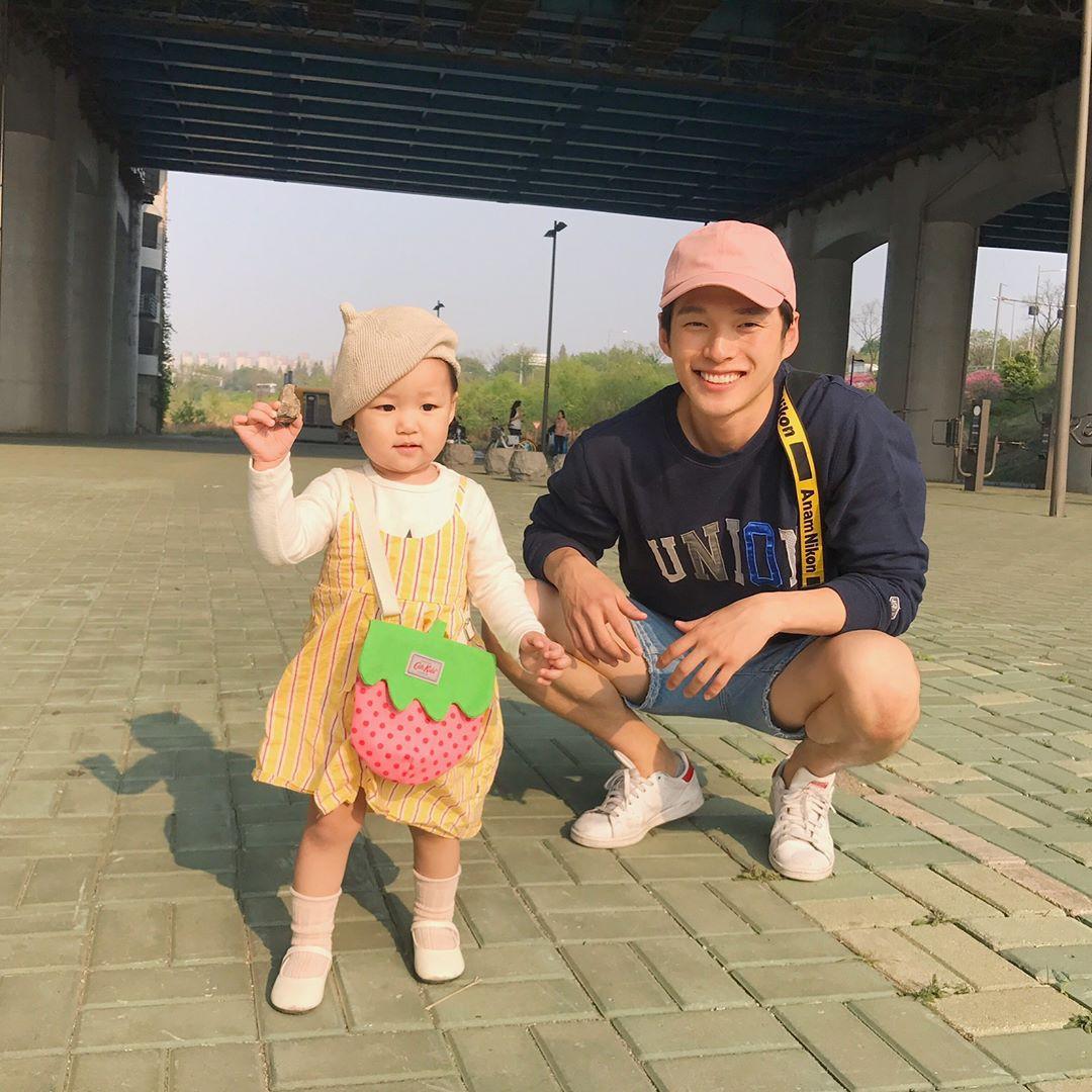 Nam thần Hàn Quốc từng đóng MV của Min: Ông bố cực cưng chiều và dịu dàng khi ở cạnh cô con gái nhỏ - Ảnh 16.