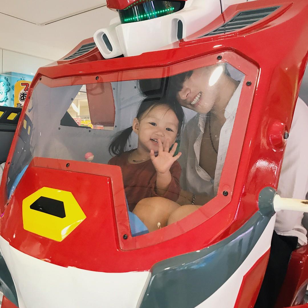 Nam thần Hàn Quốc từng đóng MV của Min: Ông bố cực cưng chiều và dịu dàng khi ở cạnh cô con gái nhỏ - Ảnh 15.