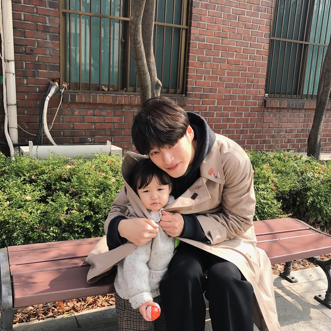 Nam thần Hàn Quốc từng đóng MV của Min: Ông bố cực cưng chiều và dịu dàng khi ở cạnh cô con gái nhỏ - Ảnh 13.