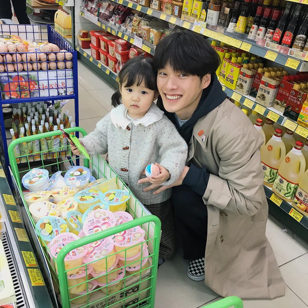 Nam thần Hàn Quốc từng đóng MV của Min: Ông bố cực cưng chiều và dịu dàng khi ở cạnh cô con gái nhỏ - Ảnh 5.
