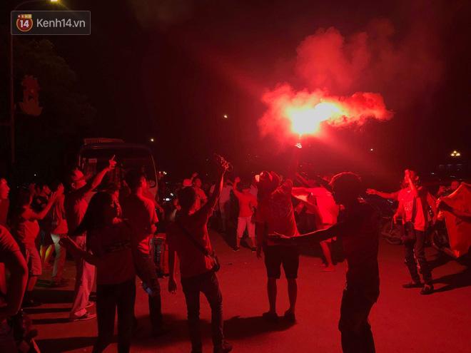 Vui mừng trước chiến thắng của đội tuyển, một số CĐV Hải Phòng sau đó còn tổ chức ăn mừng bên ngoài sân Mỹ Đình. Họ đốt pháo sáng đỏ rực một góc.