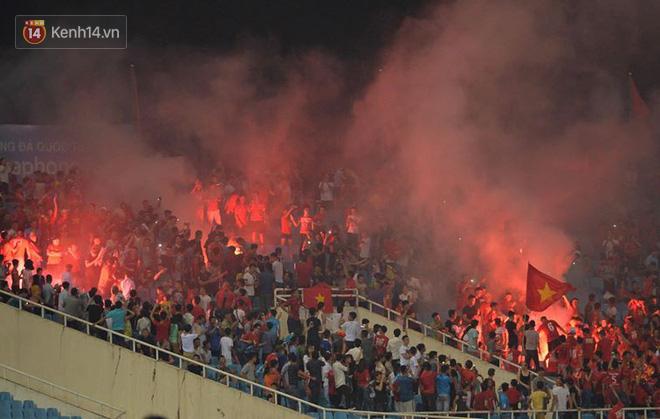 Gần cuối trận đấu với U23 Oman, các CĐV Việt Nam đã đốt pháo sáng trên sân Mỹ Đình. Không biết có phải vì sức nóng mà những chiếc pháo đã lan tỏa hay không, các cầu thủ Việt Nam chơi khí thế hơn hẳn và có được bàn thắng muộn ở phút 89 của Đoàn Văn Hậ