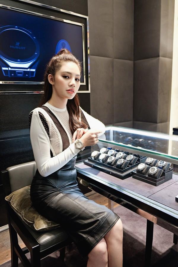 Không chỉ ở Việt Nam, cuộc sống của Hoa hậu con nhà giàu Jolie Nguyễn vừa xuất hiện trên báo Indonesia - Ảnh 3.