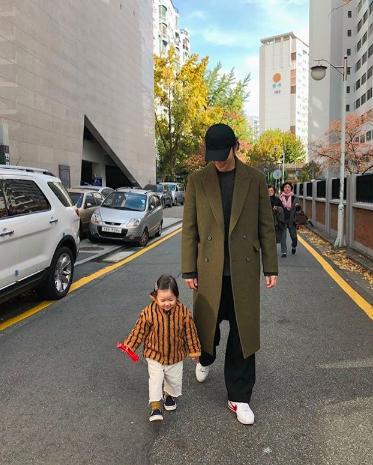 Nam thần Hàn Quốc từng đóng MV của Min: Ông bố cực cưng chiều và dịu dàng khi ở cạnh cô con gái nhỏ - Ảnh 4.