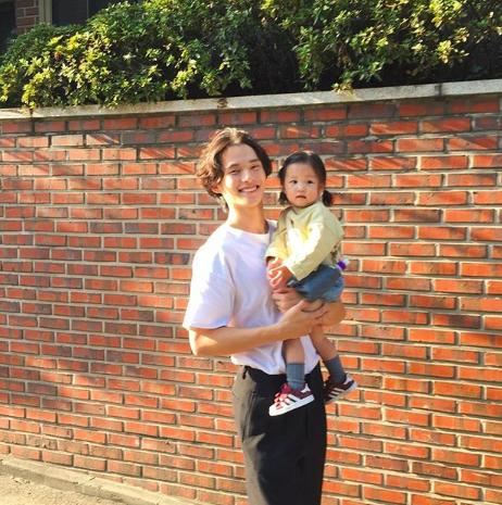 Nam thần Hàn Quốc từng đóng MV của Min: Ông bố cực cưng chiều và dịu dàng khi ở cạnh cô con gái nhỏ - Ảnh 8.